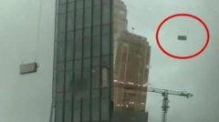 武汉高空外墙清洗吊篮被吹动撞击大楼2人死亡